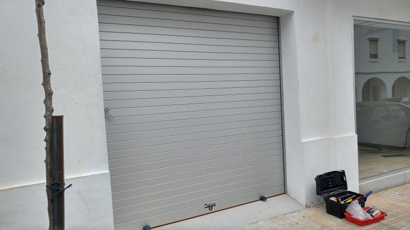 Puerta seccional lateral en sevilla